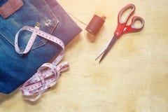 Fita métrica, tesouras, agulha Imagens de Stock