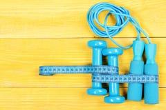 Fita, pesos e corda de salto de medição, vista superior fotografia de stock