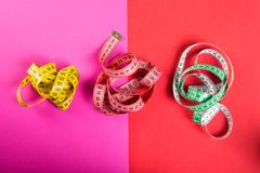 Fita três de medição no fundo vermelho e cor-de-rosa Foto de Stock