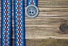 Fita varicolored do vintage com ornamento bordado e o cla velho Fotos de Stock Royalty Free