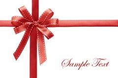 Fita vermelha brilhante do cetim no fundo branco Foto de Stock