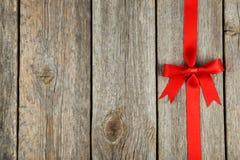 Fita vermelha com curva no fundo de madeira cinzento Imagem de Stock Royalty Free
