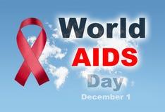 A fita vermelha com mundo do céu nubla-se mapa Dia Mundial do Sida o 1º de dezembro t Imagem de Stock Royalty Free