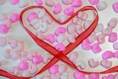 A fita vermelha dada forma coração Imagens de Stock