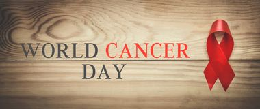 Fita vermelha Dia do câncer do mundo imagens de stock royalty free