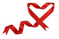 Fita vermelha do cetim com forma do coração imagens de stock