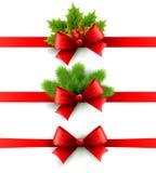 Fita vermelha do feriado com curva Azevinho e pinho Imagens de Stock