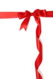 Fita vermelha e curva do presente isoladas sobre o branco Fotos de Stock Royalty Free