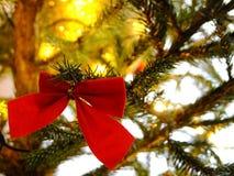 Fita vermelha na árvore de Natal Fotos de Stock Royalty Free