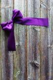 Fita violeta do cetim no fundo de madeira Fotos de Stock Royalty Free