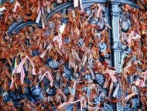 Fitas alaranjadas amarradas à porta na catedral naval Rússia de Kronstadt Imagem de Stock Royalty Free