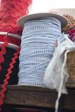 Fitas azuis e vermelhas da costura na prateleira Foto de Stock Royalty Free
