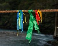 Fitas coloridas amarradas a uma corda do metal Fotos de Stock Royalty Free