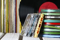 Fitas da música e registros de vinil foto de stock