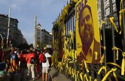 Fitas e bandeiras do diada de Catalonia em paredes da cidade em Barcelona imagem de stock royalty free