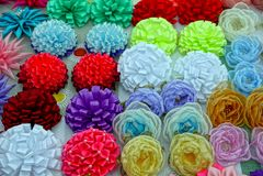 Fitas e flores artificiais coloridas fotos de stock