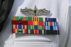 Fitas militares da marinha dos E.U. no uniforme da marinha de Estados Unidos fotografia de stock