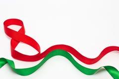 Fitas verdes e vermelhas em um fundo branco; 8 de março; presentes para amados fotos de stock