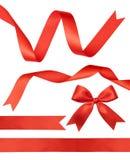 Fitas vermelhas brilhantes do cetim no branco Fotografia de Stock