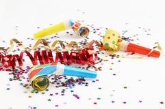 Fitas vermelhas e douradas e confetti pequeno coloridos Imagens de Stock Royalty Free