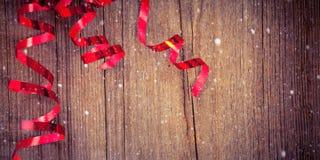 Fitas vermelhas na madeira Fotos de Stock Royalty Free