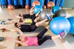 在健身房的Fitball咬嚼训练小组核心健身 免版税库存照片