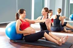 Fitball di esercizio dei pilates della donna incinta Fotografia Stock