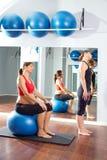 Fitball di esercizio dei pilates della donna incinta Fotografie Stock
