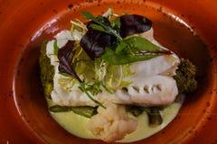 Fith cozinhado com salada fotografia de stock royalty free