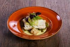 Fith cozinhado com salada imagem de stock royalty free