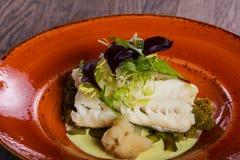 Fith cozinhado com salada foto de stock royalty free