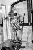 Fitnes Grande estremità Dieta Ragazza graziosa sull'istruttore trasversale Fotografia Stock Libera da Diritti