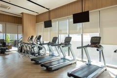 Fitness center moderno com a decoração do equipamento do gym Fundo do design de interiores foto de stock royalty free