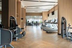 Fitness center moderno com a decoração do equipamento do gym Fundo do design de interiores fotos de stock