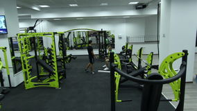 Fitness center moderno com equipamento diferente do gym filme