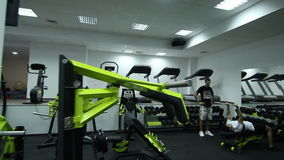 Fitness center moderno com equipamento diferente do gym vídeos de arquivo