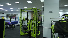 Fitness center moderno com equipamento diferente do gym video estoque