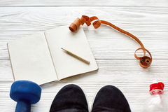 Fitness concept met notitieboekjepotlood voor sportdoelstellingen en resolut Royalty-vrije Stock Foto's