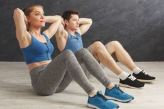 Fitness couple lying doing crunches Royalty Free Stock Photos