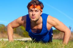 Fitness man doing push ups Royalty Free Stock Images