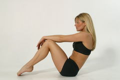 Fitness model 1-1. Young blond woman exercising Royalty Free Stock Photos