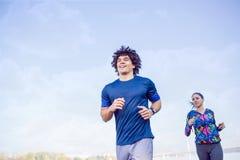Fitness, sport, het uitoefenen en gezond levensstijlconcept - coupl stock fotografie