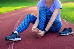 Fitness, sport, het uitoefenen en gezond levensstijlconcept - jongelui stock foto