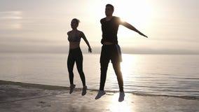 Fitness, sport, mensen, het uitoefenen en levensstijlconcept - de gelukkige man en de vrouw namen in professionele fitness sport  stock video