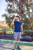 Fitness, sport, opleiding en levensstijl concept - mens die wa drinken stock foto's