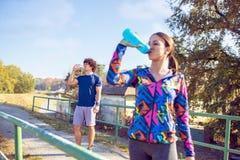 Fitness, sport, opleiding en levensstijl concept - fitness paar stock afbeeldingen