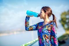 Fitness, sport, opleiding en levensstijl concept - fitness vrouw D stock foto