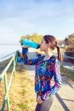 Fitness, sport, opleiding en levensstijl concept - Vrouw het drinken stock afbeeldingen