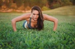 Fitness, sport, opleiding en mensen concept-vrouw die opdrukoefeningen doen Royalty-vrije Stock Foto