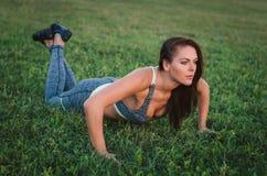 Fitness, sport, opleiding en mensen concept-vrouw die opdrukoefeningen doen Sporten, fitness, levensstijlconcept Stock Foto's